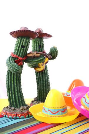 Cinco de Mayo Mariachi带仙人掌与乔伯罗帽子的在欢乐桌上有白色背景和拷贝空间。