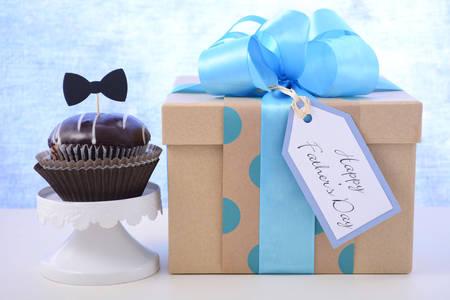 papa: Bonne fête des pères petit gâteau cadeau sur bleu pâle et blanc, bois, fond.