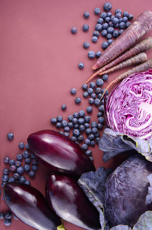 vasos sanguineos: Purple fruits and vegetables thay contain Anthocynins, found in the Okinawan diet, that maintain healthy blood vessels and promote longevity, overhead with copy space. Foto de archivo