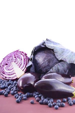 vasos sanguineos: frutas y verduras de color p�rpura parec�an contienen antocianinas, que se encuentra en la dieta de Okinawa, que mantienen los vasos sangu�neos saludables y promover la longevidad, con copia espacio. Foto de archivo
