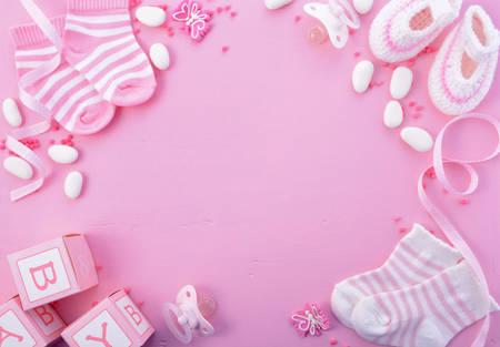 bebes niñas: Su Baby Shower una chica de color rosa tema o fondo del cuarto de niños con bordes decorados en el fondo de madera de color rosa.