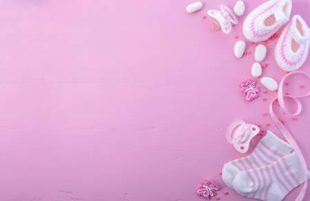 그 여자 핑크 테마 아기 샤워 또는 보육 배경 핑크 나무 배경에 장식 된 테두리. 스톡 콘텐츠