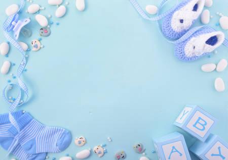 Zijn een jongen, blauw thema baby shower of Nursery achtergrond met versierde randen aan lichtblauwe houten achtergrond.
