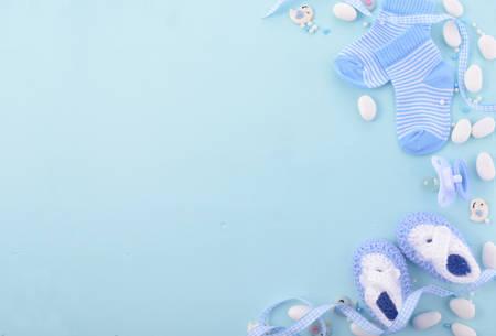 Son un garçon, thème bleu de baby shower ou fond Nursery avec bords décorés sur fond bleu pâle de bois.
