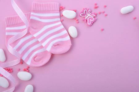 Su Baby Shower una chica de color rosa tema o fondo del cuarto de niños con bordes decorados en el fondo de madera de color rosa. Foto de archivo - 60926693