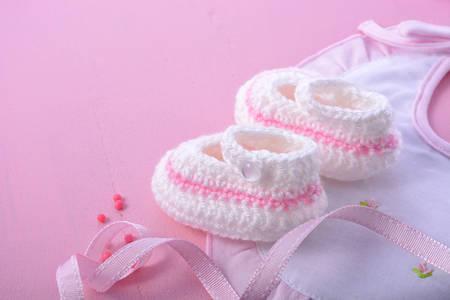Zijn een meisje roze thema baby shower of Nursery achtergrond met versierde grenzen op roze houten achtergrond. Stockfoto - 60926694