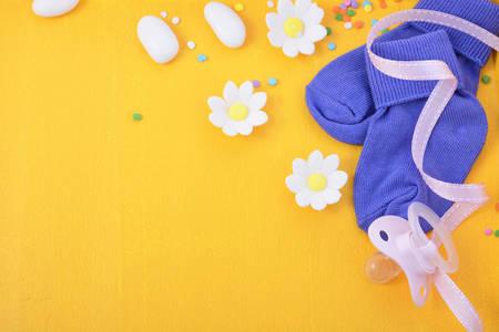 Ducha de bebé o el fondo del cuarto de niños con bordes decorados en un fondo de madera de color amarillo.