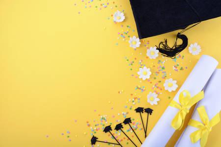 Gele zwart-wit thema afstuderen achtergrond met versierde randen op gele achtergrond. Stockfoto