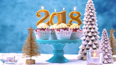행복 한 새 해 2020 컵 케이크 현대 세련 되 고 축제, 블루 골드 및 흰색 겨울 테마 테이블 설정, 복사본 공간으로 닫습니다.