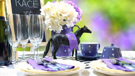 Courses hippiques Racing Day Luncheon table à manger cadre avec petit chapeau noir fascinateur, décorations et champagne, avec espace copie.