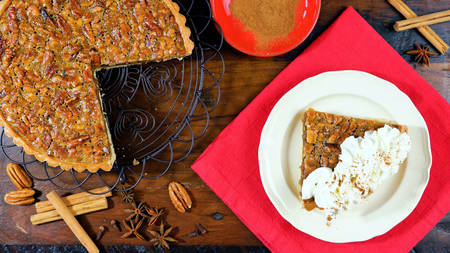 American style pecan pie on rustic dark wood table overhead for Thanskgiving or Christmas celebrations Foto de archivo