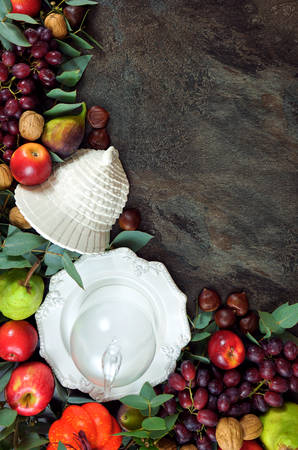 Thanksgiving background with autumn fall leaves, fruit, nuts and tableware. Imagens