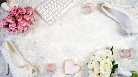 White aesthetic wedding bridal desktop workspace blog header overhead flat lay. Banque d'images