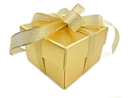 dorato: Oro scatola regalo con nastro dorato su sfondo bianco