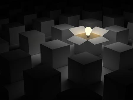 out think: Piense fuera de la caja o el concepto de individualidad, un flotador brillante bombilla de luz en una caja de cart�n abierta