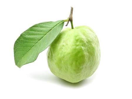 Guava con foglia su sfondo bianco