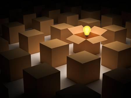 Denk out of the box of denken buiten de doos en individualiteit concept, een gloeiende gloeilamp vlotter dan geopend kartonnen doos Stockfoto