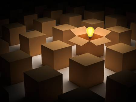out think: Piense fuera de la caja o el pensamiento fuera de la caja y el concepto de individualidad, un flotador brillante bombilla de luz en una caja de cart�n abierta