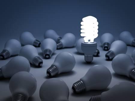 risparmio energetico: Eco energia lampadina a risparmio, una incandescente lampadina fluorescente compatta in piedi fuori dalle lampadine a incandescenza o spente concetto Individualit� Archivio Fotografico