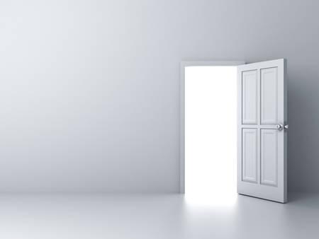 gradienter: Öppnade dörren med starkt ljus på tom vit vägg bakgrund