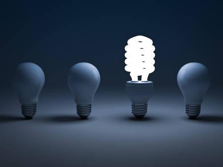 Eco energibesparing glödlampa, en glödande kompakt fluorescerande glödlampa stående bland de släckta glödlampor, den annorlunda koncept