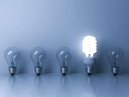 pensamiento creativo: Eco bombilla de ahorro de energía, una brillante bombilla fluorescente que se destaca de las bombillas incandescentes apagado reflexión sobre fondo azul, la individualidad y diferentes conceptos de ideas. Representación 3D.