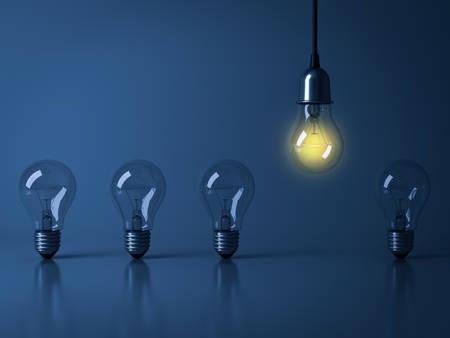 하나의 매달려 전구 리플렉션 사용 하여 어두운 파란색 배경에 unlit 백열 전구에서 적 열하는 군중, 리더십 및 다른 비즈니스 창조적 인 아이디어 개념
