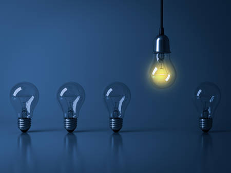 1 つぶら下げ電球から白熱反射と暗い青色の背景に白熱電球を消灯、群衆、リーダーシップ、さまざまなビジネスの創造的なアイデアの概念から目立