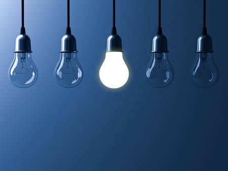 하나의 매달려 전구 다른 빛나는 하 고 어두운 파란색 배경, 리더십 및 다른 비즈니스 창조적 인 아이디어 개념에 리플렉션 사용 하여 unlit 백열 전구에 스톡 콘텐츠