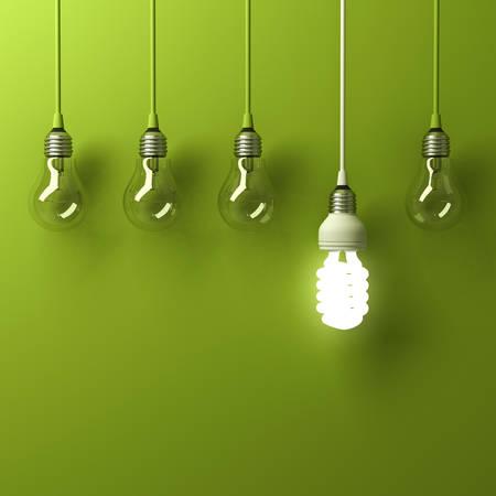 하나의 교수형 에너지 절약 전구 백열 전구 녹색 배경, 리더십 및 다른 크리 에이 티브 아이디어 개념에 반사와 다른 서 밖으로 빛나는 절약. 3D 렌더링