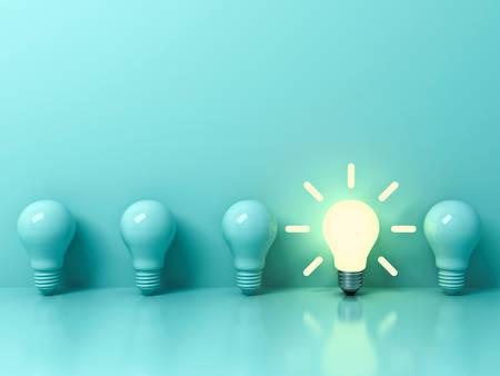 Una lampadina di idea incandescente che si leva in piedi fuori dalle lampadine incandescenti spente su priorità bassa di colore pastello verde chiaro con la riflessione e l'ombra, l'individualità e diversi concetti di idea creativa. Rendering 3D