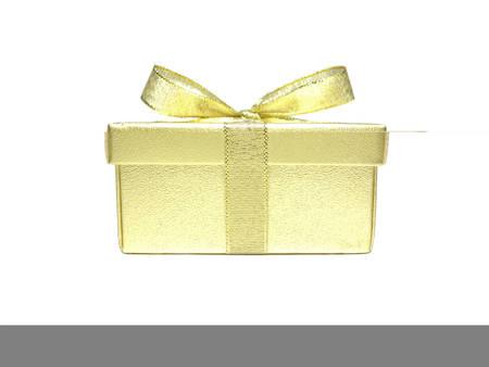 Coffret cadeau or isolé sur fond blanc avec une ombre mince