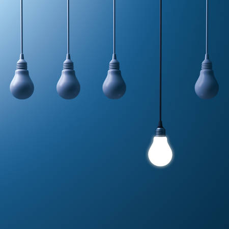 One hanging light bulb glowing and standing out from unlit incandescent bulbs on dark blue background. 3D rendering. Banque d'images