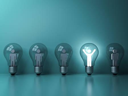 Distinguiti dalla massa e dai diversi concetti di idee creative, un uomo di luce incandescente in piedi con le braccia spalancate nella lampadina tra le altre persone deboli su sfondo pastello verde scuro. Rendering 3D.
