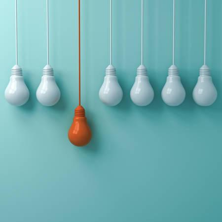 Piense en un concepto diferente, una bombilla de luz naranja colgante que se destaca de las bombillas de luz blanca sobre fondo de pared verde pastel, conceptos de ideas creativas de liderazgo e individualidad. Representación 3D.