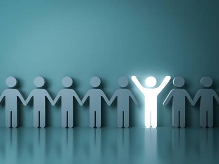 Onderscheid u van de massa en verschillende creatieve idee concepten Een gloeiende lichte man met armen wijd open onder andere mensen op donkere groene achtergrond met reflecties en schaduwen. 3D-weergave. Stockfoto
