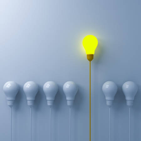 Denken Sie an ein anderes Konzept Eine leuchtende Glühbirne, die sich von den schwachen oder unbeleuchteten weißen Glühbirnen auf weißem Wandhintergrund mit Schattenführung und Individualität abhebt. Kreatives Ideenkonzept 3D-Rendering Standard-Bild