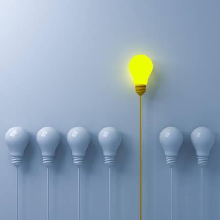 Piense en un concepto diferente Una bombilla incandescente que se destaca de las bombillas blancas tenues o apagadas sobre fondo de pared blanca con liderazgo de sombras e individualidad concepto de idea creativa representación 3D Foto de archivo