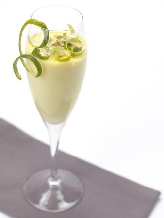 un dolce al gusto di limone, servito in un bicchiere di flauto