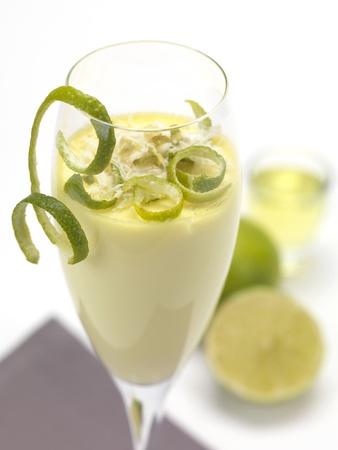 un dolce al gusto di limone servito in un bicchiere
