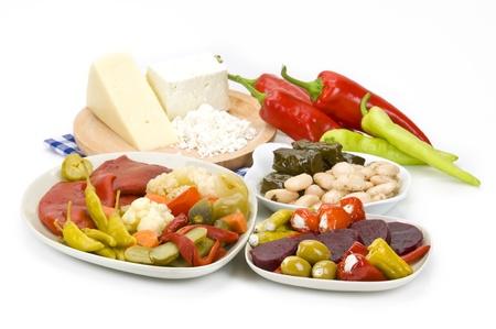 pickles: meze griego con una variedad de encurtidos, queso y pimientos rellenos
