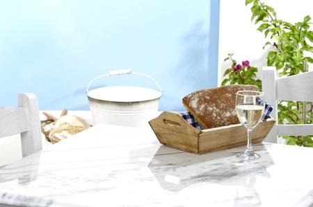 在希腊小酒馆的一张传统桌,产品的乡村装饰空间