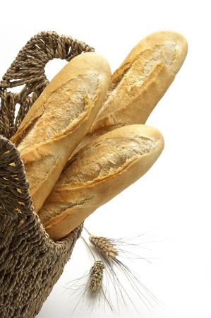 canasta de panes: tres pan baguette en una cesta