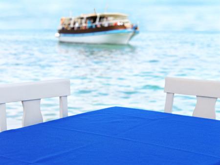 Leere Tabelle aus einem Restaurant in der Nähe der Hafenstadt in Griechenland Standard-Bild - 25106732