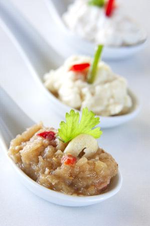 Auswahl an Dips in der Porzellanlöffel diente als Fingerfood (Knoblauch-Dip, Auberginen-Dip, Feta-Käse-Dip) Standard-Bild - 26795608