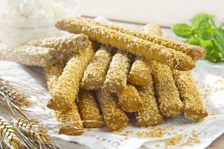 ajonjoli: tradicionales palitos de pan de sésamo en una servilleta de lino blanco