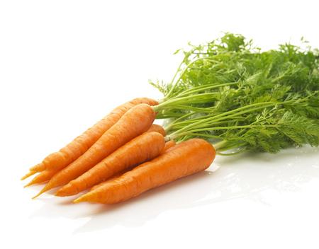 zanahoria: un manojo de zanahorias frescas aisladas sobre un fondo blanco Foto de archivo