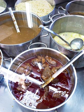greek pot: cotto ricette greche in pentole in vetrina di un ristorante