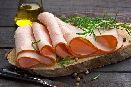 rebanadas de pavo ahumado natural mezclados y cocinados con aceite de oliva