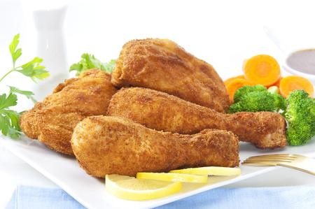 빵 가루 입힌 된 닭고기와 야채의 스택